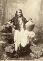 Jeune fille du Liban en costume de féte